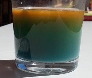 Regenbogen im Wasserglas. Von unten nach oben: blau-grün-orange.